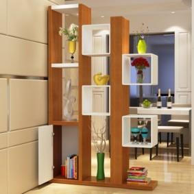 Стеллаж с декорациями в кухне-гостиной