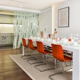 Оранжевые стулья на металлическом каркасе