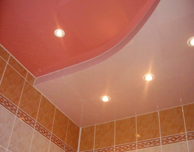 Двухуровневый потолок в компактном санузле