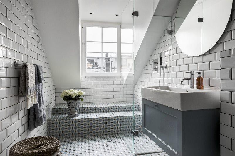 Плитка кабанчик в ванной комнате мансардного помещения