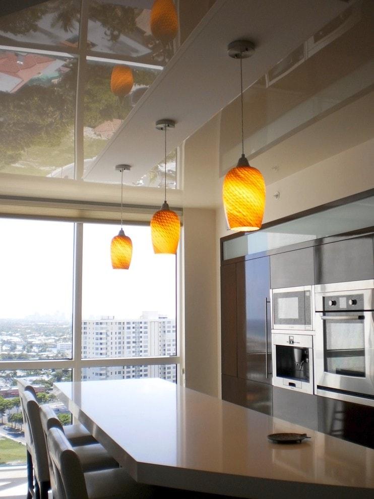 Подвесной светильник на кухне с панорамным окном