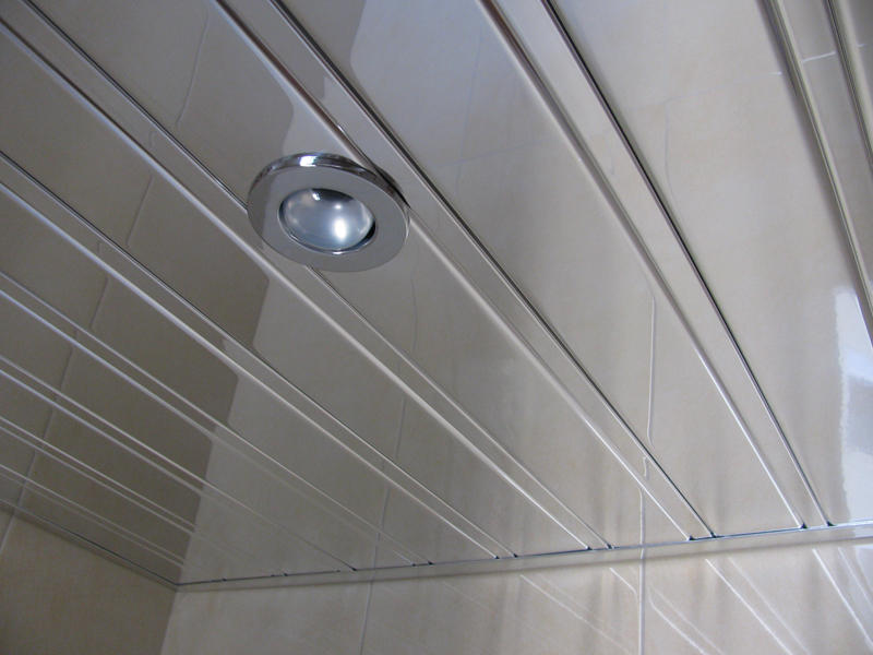 Блестящая поверхность подвесного потолка из алюминиевых реек