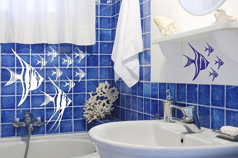Голубая плитка с рыбками на стене в ванной комнате
