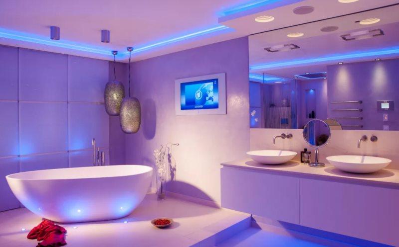 Голубой свет от встроенных светильников в ванной комнате