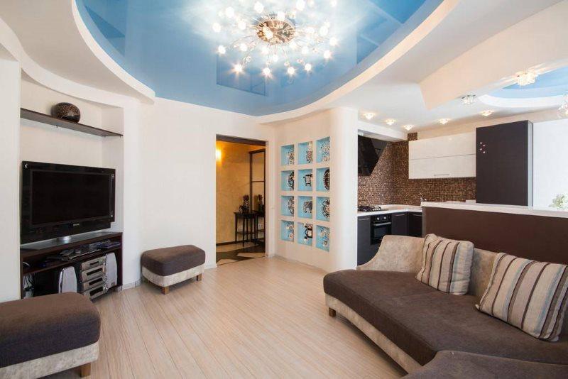 Голубой потолок в кухне-гостиной современного стиля