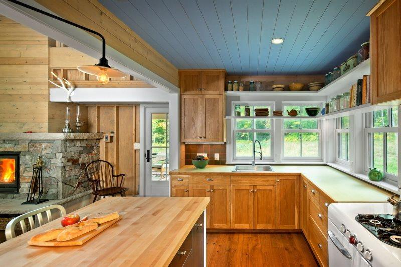 Голубой потолок на кухне загородного дома