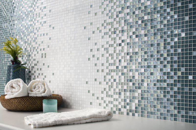 Облицовка стены мозаичной плиткой с переходом цвета
