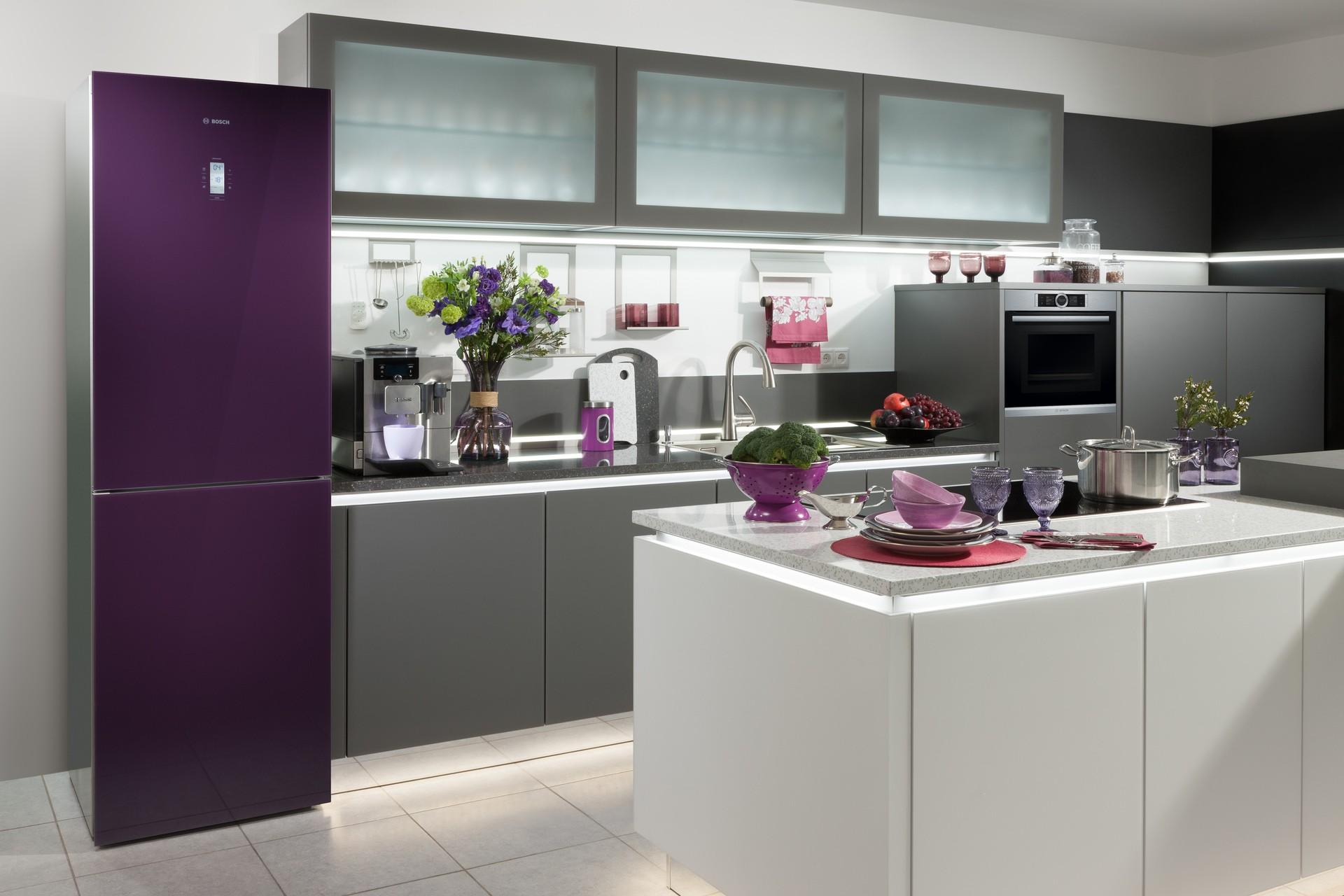 холодильник фиолетового цвета