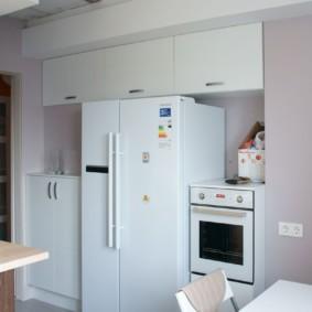 холодильник на кухне под шкафами