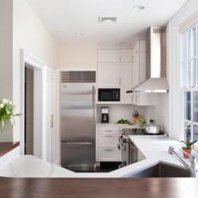 холодильник на кухне серый металлик