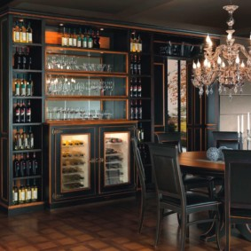 Домашний бар из темного дерева