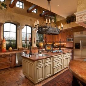 Кованный светильник в просторной кухне