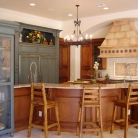 Деревянные стулья со спинками в кухне частного дома