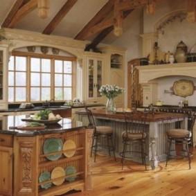 Тарелки на полке кухонного острова