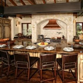 Большой стол в кухне итальянского стиля