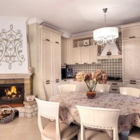 Скатерть на овальном столе в кухне