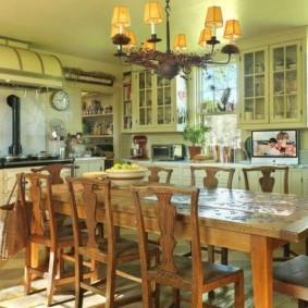 Светло-зеленый потолок в кухне загородного дома