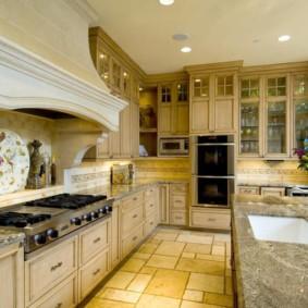Каменная плитка на полу кухни