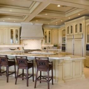 Рельефный потолок классической кухни