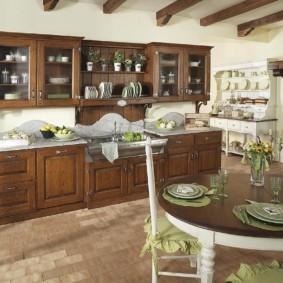 Салатовые салфетки на обеденном столе