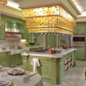 Необычное освещение в кухне частного дома