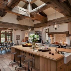 Массивные балки из дерева на потолке кухни