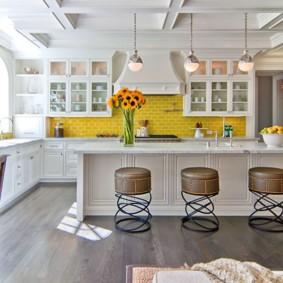 Желтый фартук в белой кухне