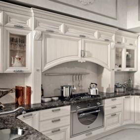 Встроенный гарнитур на кухне частного дома