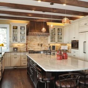 Коричневые балки на потолке кухни