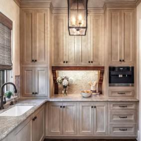 Винтажный светильник на потолке кухни в деревенском доме