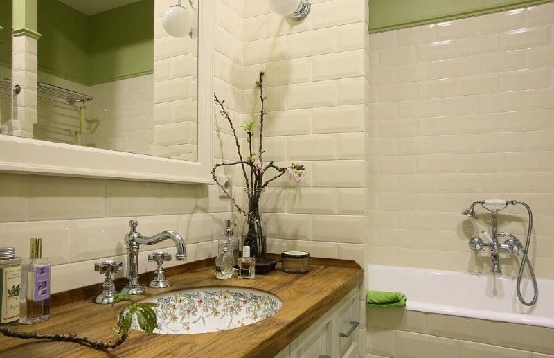 Отделка кабанчиком стены над умывальником в ванной английского стиля