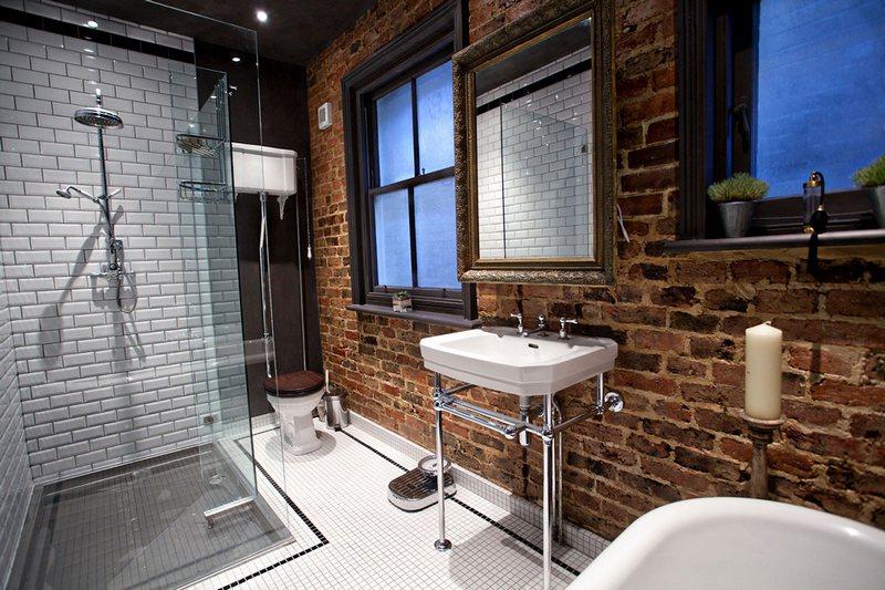 Плитка кабанчик в интерьере ванной индустриального стиля