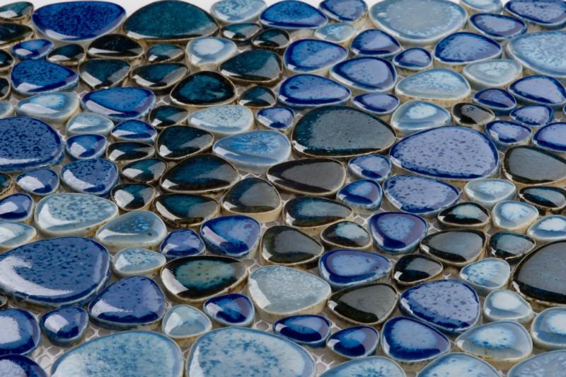 Стеклянная мозаика на полу в ванной