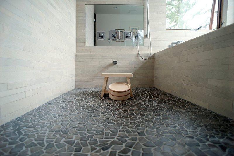 Каменная плитка произвольной формы на полу в ванной