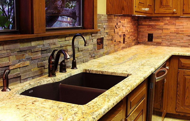 Декор камнем кухонного фартука