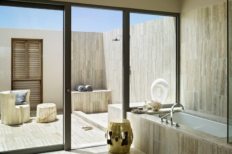 Панорамные сдвижные двери в ванной загородного дома
