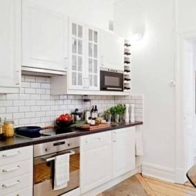 кухня с кирпичной стеной из керамики