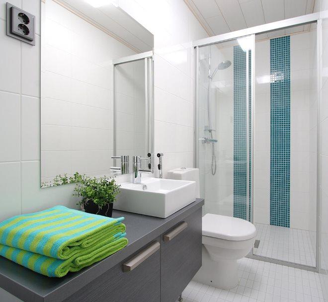 Мелкая кафельная плитка на полу комнаты с душем