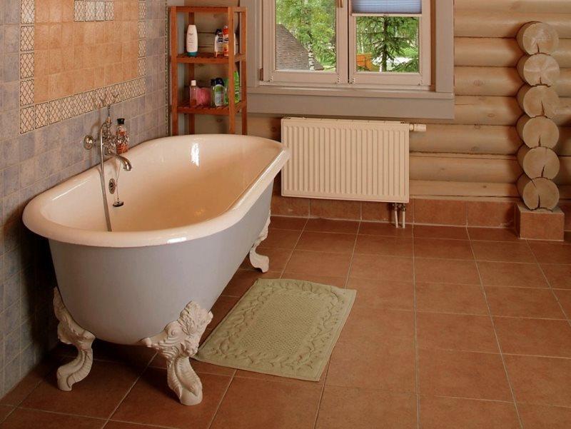 Ванна с кованными лапами на керамическом полу
