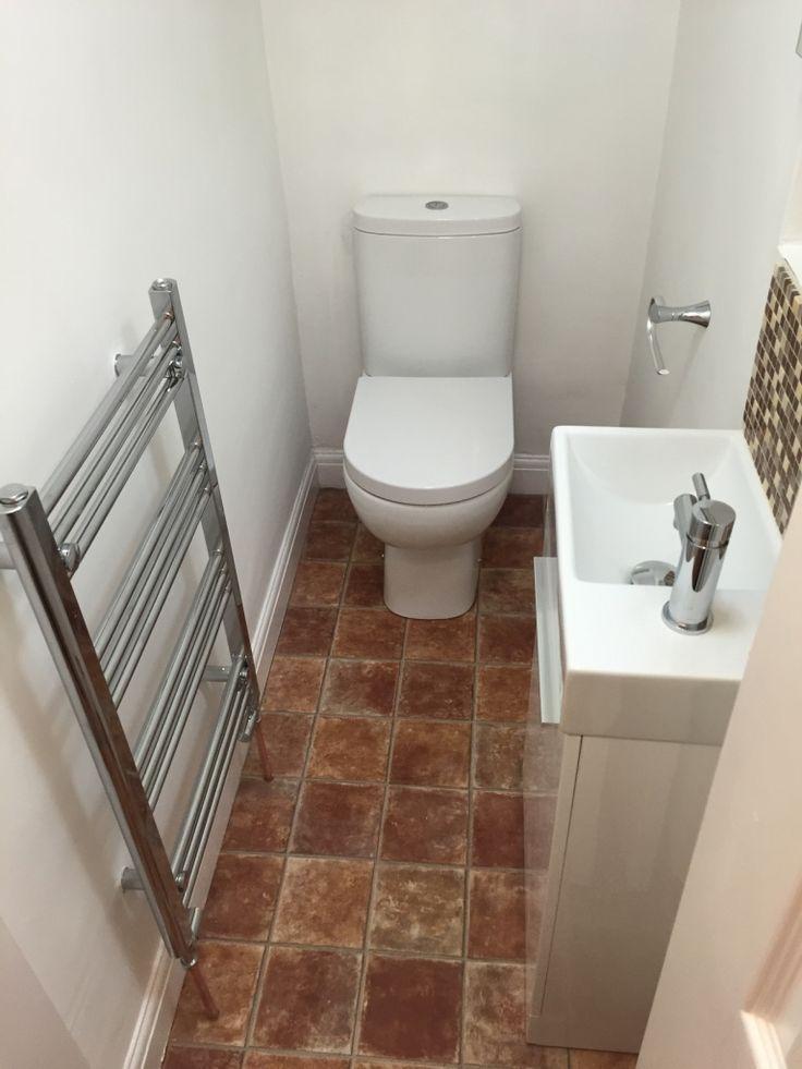 Полотенцесушитель в маленьком туалете с керамическим полом