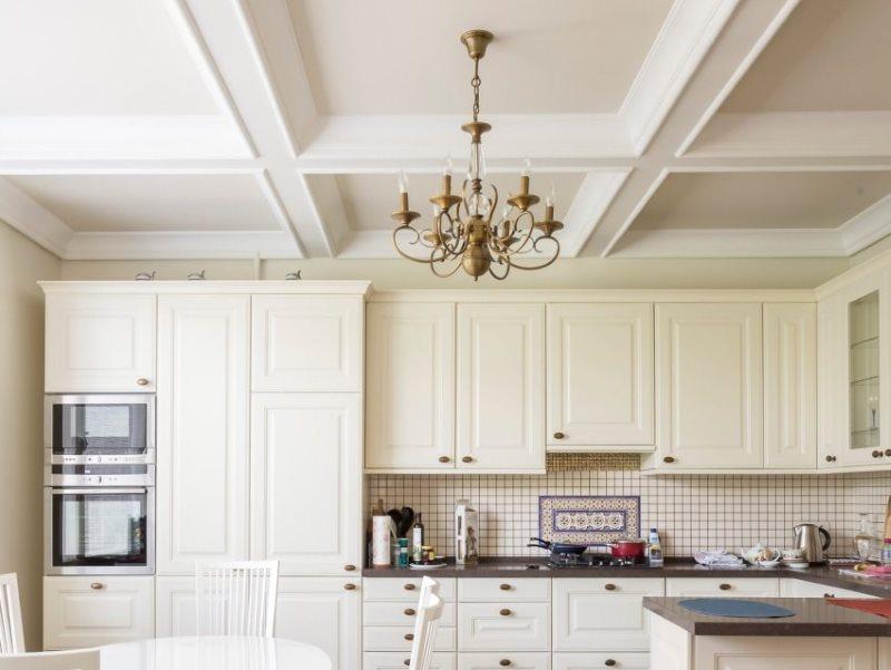 Белый кессонный потолок кухни в загородном доме