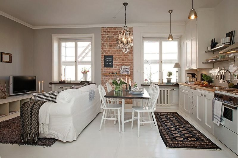 Ковры на белом керамическом полу кухни-гостиной