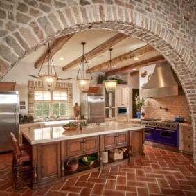 кухня с кирпичной стеной и аркой