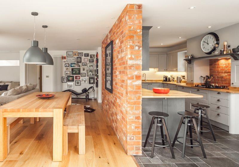 Кирпичная перегородка в интерьере кухни-гостиной