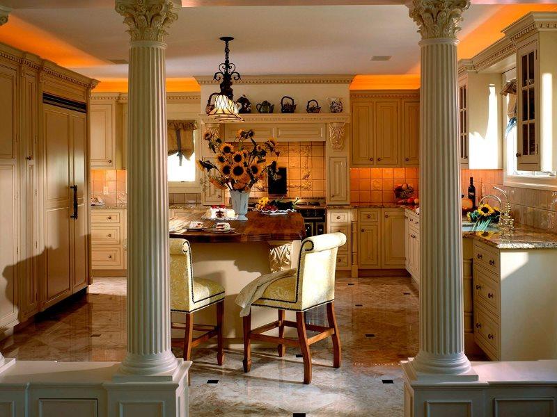 Классические колонны в интерьере современной кухни-гостиной