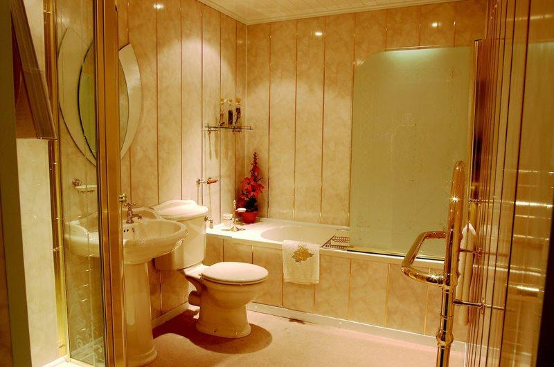 Отделка ванной в стиле классики панелями из пластика