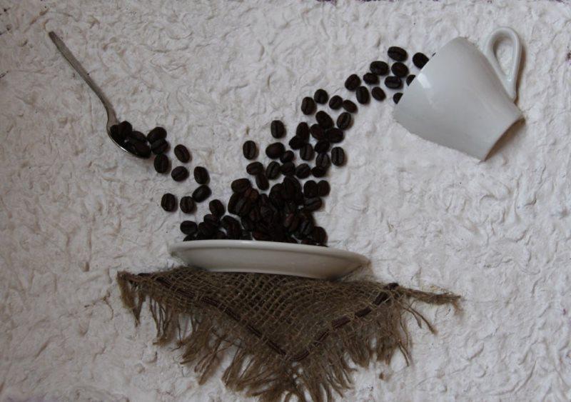 Декоративная композиция из чайных приборов и зерен кофе