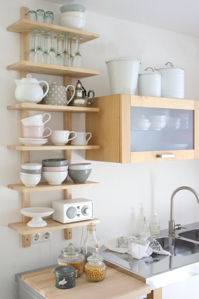 Небольшой шкафчик над кухонной мойкой