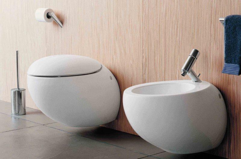 Компактная сантехника на стен маленького туалета