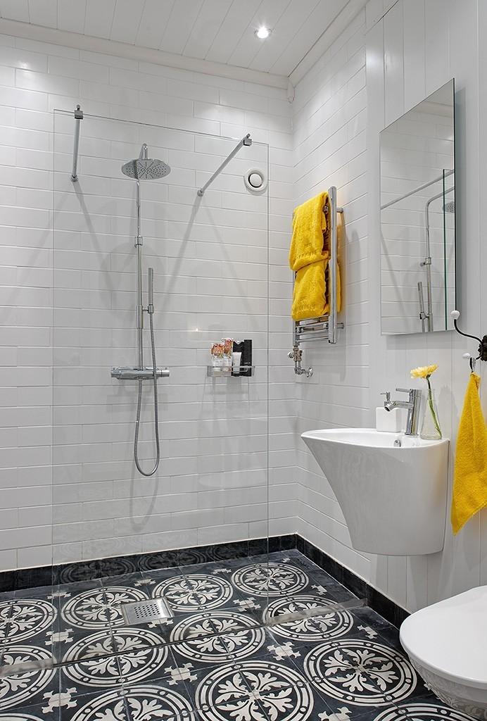 Желтые полотенца в белой ванной комнате